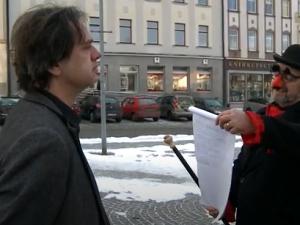 VIDEO: Masopustní úterý v Humpolci: Tradici připomněli studenti v maskách, rozdávali i noviny