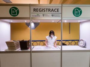Vysočina otevřela první očkovací centrum. Lidé si pro Modernu přišli už před 8. hodinou