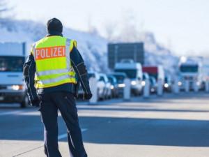 Řidiči na hranicích s Německem za týden prostáli 1000 hodin. Ze 300 testů vyšly tři pozitivní
