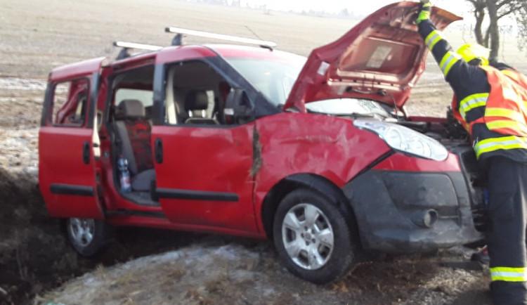 Řidič s autem dnes ráno narazil do stromu. Dva lidé se při nehodě zranili