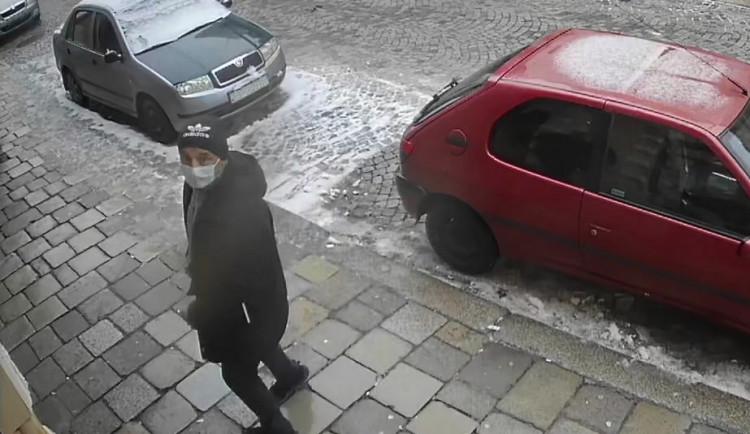 Policisté hledají zloděje peněženky v Jihlavě, který navíc platil ukradenou kartou. Neznáte muže na videu?