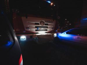 Třebíčí projížděli hasiči. Kvůli špatnému parkování aut se do jedné ulice vůbec nedostali