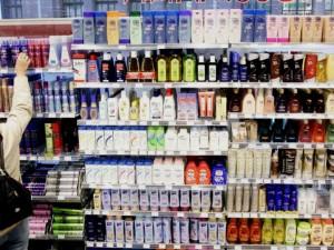 Lidé teď často sahají k barvení vlasů podomácku. V drogeriích vzrostl prodej i u tablet do myčky a toaletních potřeb