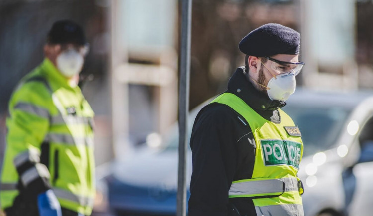 Na dodržování omezení pohybu dohlédne 26 tisíc policistů, kontroly čekají autobusy i vlaky