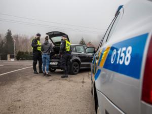 Policie v kraji udělala v pondělí přes 3000 kontrol opatření. Do okresu nepustila 43 aut