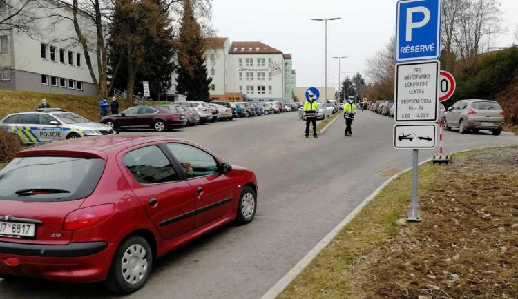 Do očkovacího centra v Pelhřimově lidé jezdí s časovým předstihem. Policie pak řeší problémy s parkováním a srocováním