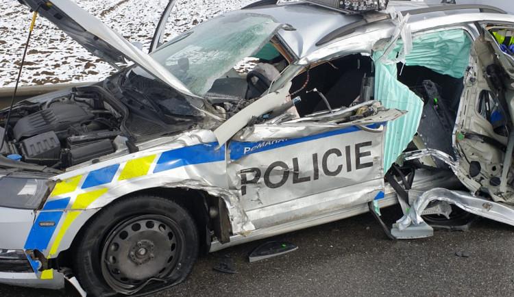 Tři zranění po nehodě nákladního auta s policejním vozem. Silnice I/23 byla neprůjezdná