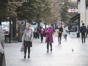 Od pondělí jsou povinné roušky také v ulicích. Někteří lidé je přesto nenosí