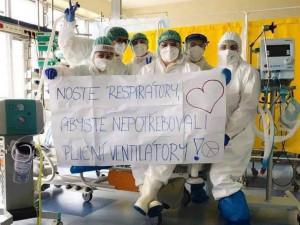 Noste respirátory, prosili na Facebooku jihlavští zdravotníci. Pak od lidí schytali kritiku a nadávky
