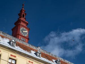 Střecha jihlavské radnice dostane nový kabát. Vymění se i rafičky na hodinách