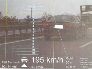 Řidič v Audi si spletl D1 se závodní dráhou. Řítil se rychlostí 195km/h