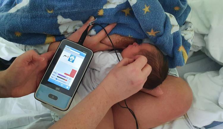 Nový přístroj v jihlavské nemocnici u novorozenců včas odhalí sluchovou vadu