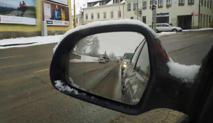 Silnice Vysočiny jsou po nočním sněžení sjízdné s opatrností. Vyjelo kolem 50 sypačů