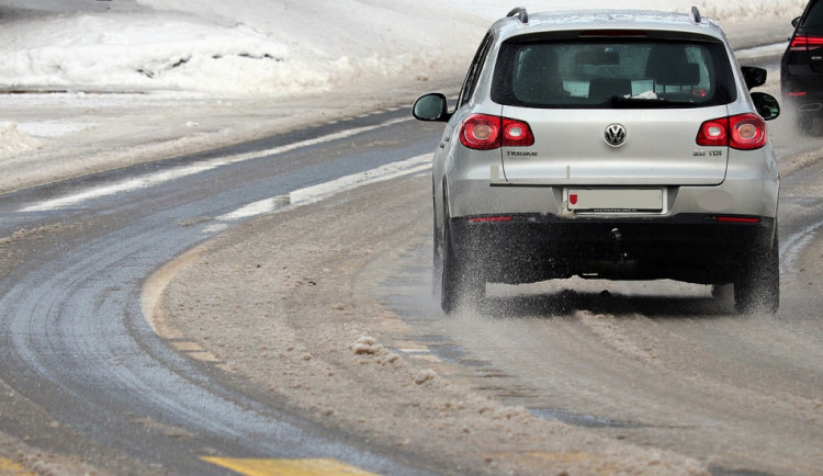 Také dnes opatrně během cestování. Silnice jsou vymrzlé, v noci jezdily sypače
