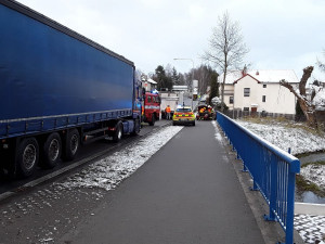 Nehody pokračují. Autobus narazil do plynové přípojky, na Žďársku se vzpříčil kamion