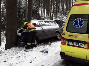 Od rána se stalo už 28 nehod. Dva lidé v dodávce se zranili po nárazu do stromu