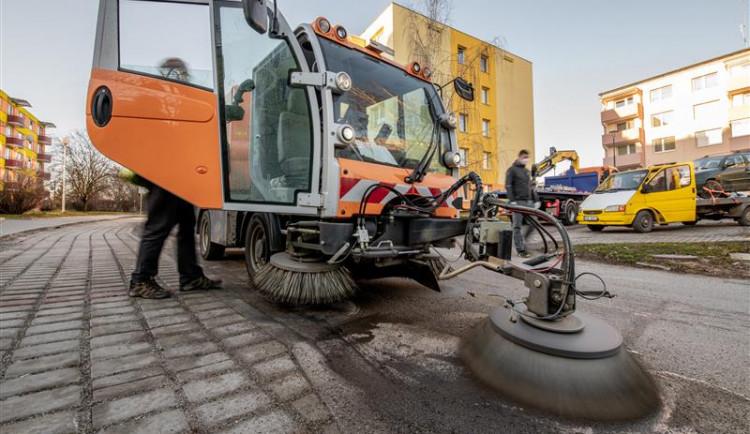 Čištění města o víkendu pokračuje Masarykovým náměstím, parkování je možné u zoo