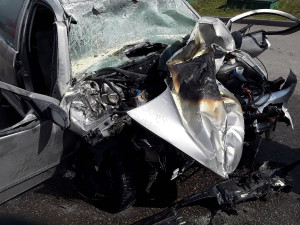 U pumpy v Golčově Jeníkově narazilo osobní auto do nákladního, řidič je těžce zraněn