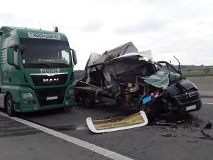 Na D1 se srazila dvě nákladní auta a dodávka. Jeden člověk skončil v péči lékařů