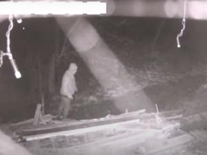 Zloděj vzal z garáže věci za 60 tisíc. Nepoznáváte muže na videu?