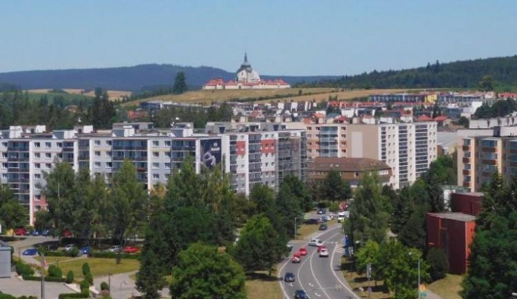 Stoletá lípa ve Žďáru nad Sázavou má jít k zemi, město ji kvůli petici občanů nechá ještě prověřit