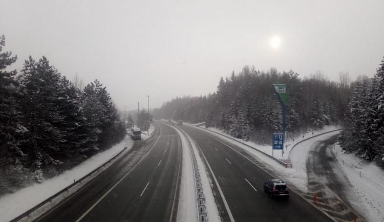 Silnice Vysočiny jsou po dalším sněžení mokré. Místy pozor na ledovku