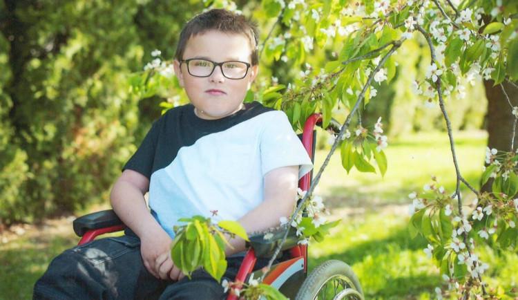 Štěpán z Křelovic je na vozíčku, v první třídě přestal chodit. Rodina se mu snaží zajistit plnohodnotný život