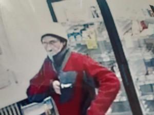 Muž s paralyzérem přepadl prodavačku v obchodě, odjel na kole. Neznáte ho?