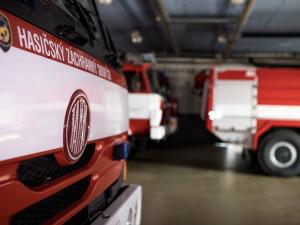 Hasiči jeli k požáru stodoly a domu, kde hořel kýbl s popelem. Škoda je dva miliony korun