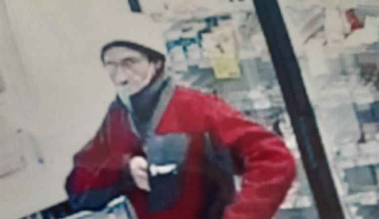 Policie stále nemá informace k muži, který s paralyzérem přepadl prodavačku a odjel na kole