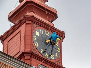 Jihlavská radnice je ode dneška bez hodin. Po opravě dostanou barokní vzhled