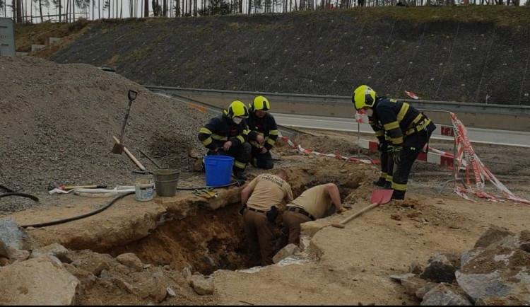 Během prací na D1 dělníci našli nevybuchlou trhavinu. Dálnice se zřejmě uzavře