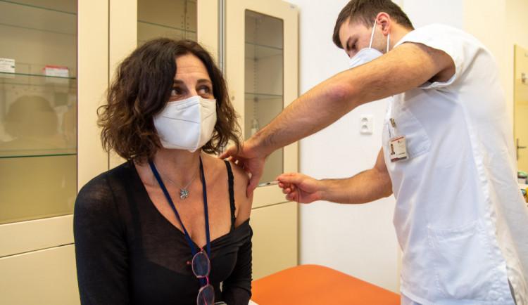 Očkování se dnes otevřelo další skupině. Vakcínu dostanou osoby pečující a akademici na VŠ