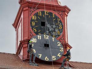 Překvapení na jihlavské radnici. Pod novodobým ciferníkem hodin se skrýval další původní z 18. století