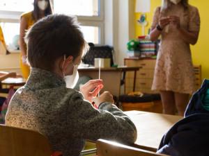 Základní školy jsou na návrat žáků druhého stupně připravené, testů mají na dva týdny