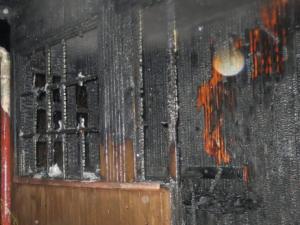 Svíčka způsobila požár dřevěné chaty v Batelově, její majitel se při hašení zranil