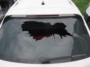 Nebezpečný incident na dálnici: Řidič vybržděného kamionu prohodil visací zámek zadním sklem osobáku