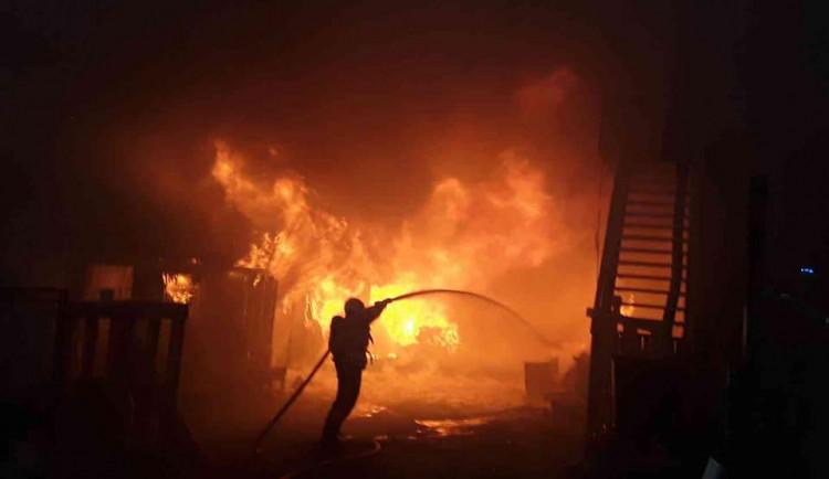 Hasiči k ránu vyjížděli k požáru hájenky. Vyhlášen byl druhý stupeň poplachu