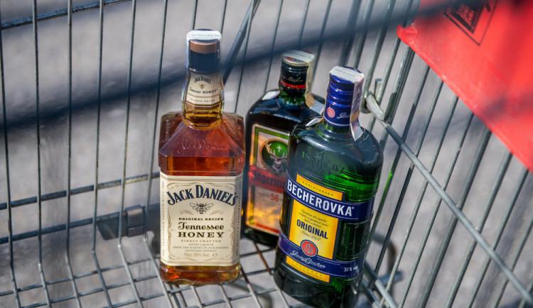 Mladík v podmínce kradl v Kostelci. V obchodě schoval alkohol pod oblečení a odešel bez placení