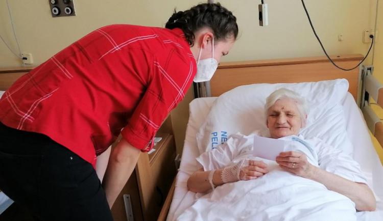 Dojetí a úsměvy na tvářích pacientek. Den matek se slavil také na pelhřimovském ODN