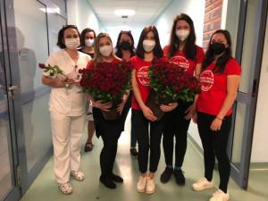 Rudá růže jako poděkování. Obdarovány dnes byly i sestřičky na Vysočině