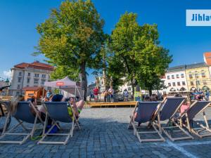 """Na jihlavském náměstí budou v létě znovu odpočinková lehátka a hry. Vrátí se i promítání na """"letňáku"""""""