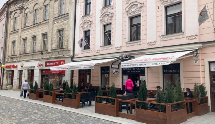 Restauratéři v Jihlavě otevřeli zahrádky. Návštěvnost je zatím podprůměrná, chybí lepší počasí