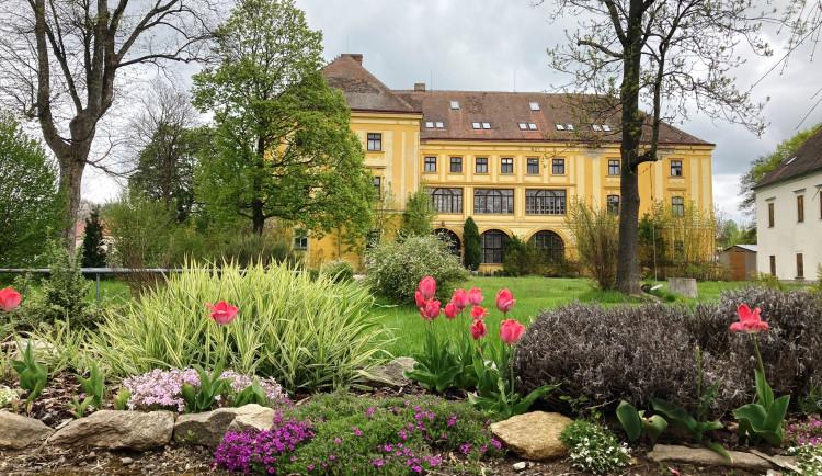Opuštěný batelovský zámek je stále na prodej. O prostory, kde býval i internát, městys zájem nemá