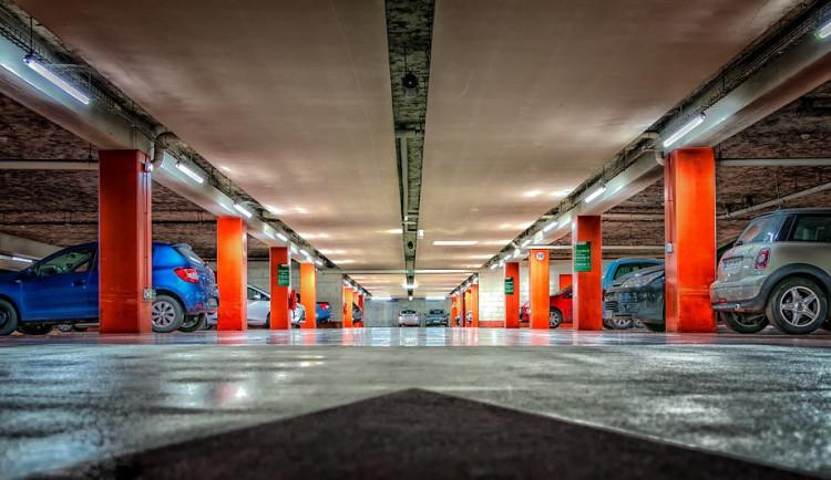 Parkování u jihlavské nemocnice vyřeší nový parkovací dům. Nabídne 94 míst včetně nabíjení pro elektromobily