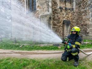 Kostel sv. Jakuba zachvátil požár, naštěstí jen cvičný. Hasiči prověřovací cvičení zvládli precizně
