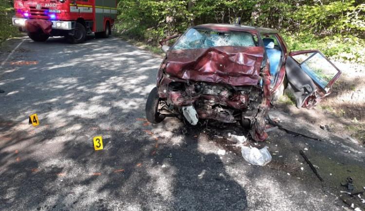Tragická srážka dvou osobáků u Větrného Jeníkova. Jeden řidič zemřel, druhý je vážně zraněný