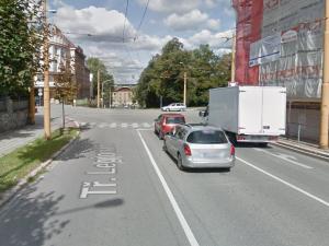 Špatně zabržděné auto projelo křižovatkou a nabouralo dvě auta u městského nádraží