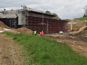 Na stavbě obchvatu Brodu se už rýsuje sedm mostů a okružní křižovatka. Prohlédněte si aktuální snímky