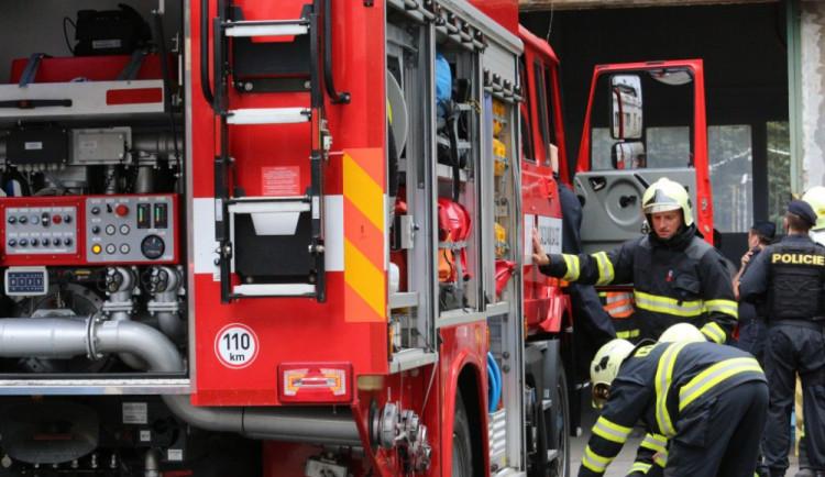 Požár ve Velkém Meziříčí způsobil škodu 8,5 milionu korun. Hořel traktor a dvě auta